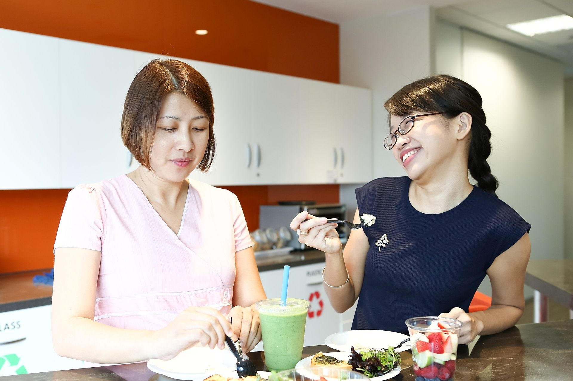 Shell Graduate Si Yng enjoys a casual lunch together with her mentor